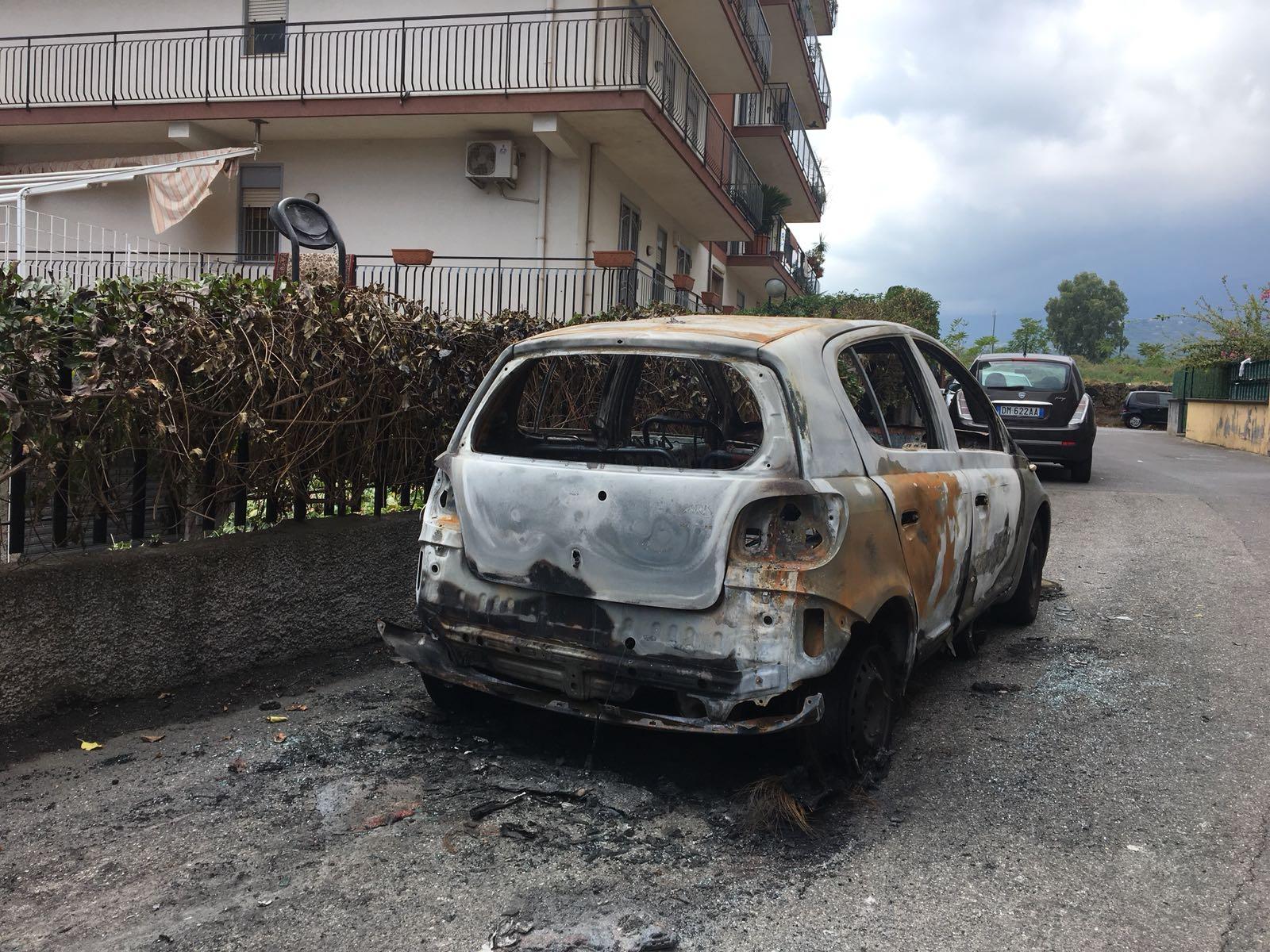 Giarre, a fuoco auto sul viale Aldo Moro