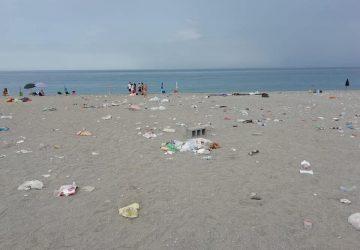 Fondachello e Marina di Cottone, il solito assalto delle spiagge con attendamenti selvaggi