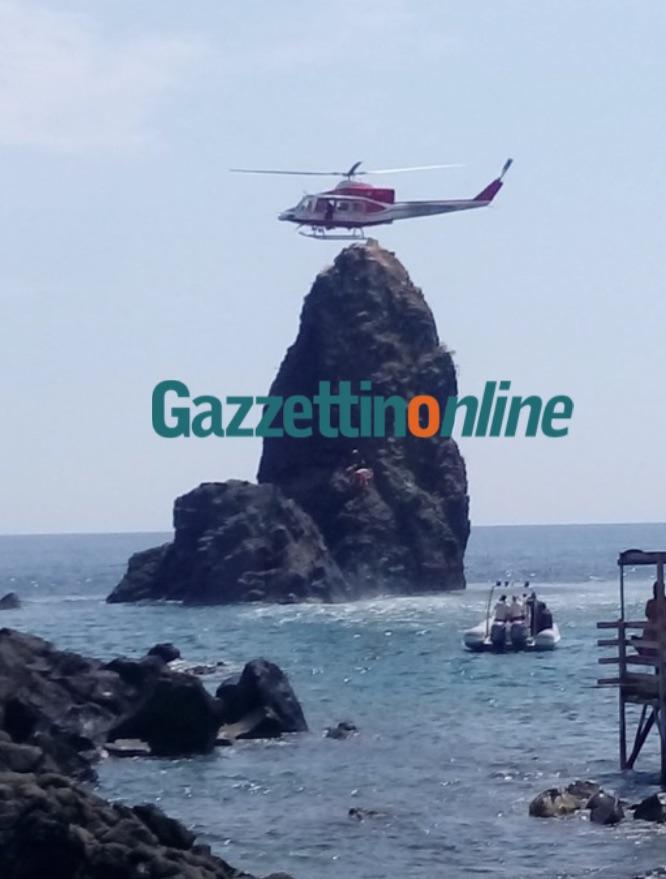 Aci Trezza, ragazzino scivola dagli scogli e finisce in mare. Intervento del nucleo elisoccorritori dei Vigili del fuoco VIDEO-FOTO