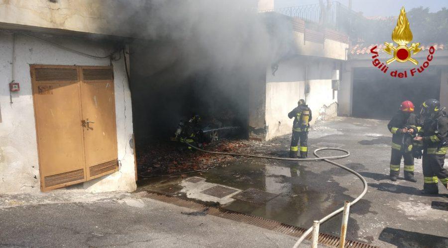 Aci Castello, divampa incendio in un garage. Coinvolta anche un'auto. Intervento dei VVff  VIDEO-FOTO