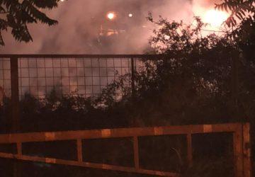 Riposto, a fuoco rifiuti e sterpaglie in area privata di via La Torre