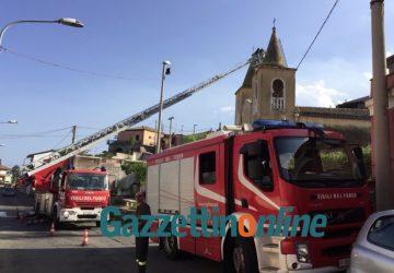 Mascali, si staccano frammenti di intonaco dalla chiesa di Santa Venera: intervento dei Vigili del fuoco in corso