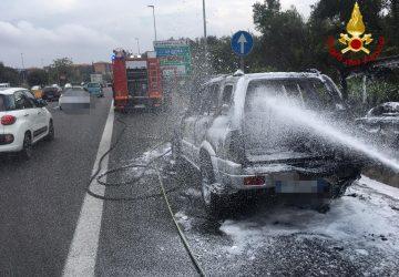 Tangenziale di Catania, a fuoco auto in fase di marcia: salvi il conducente e un cane VIDEO