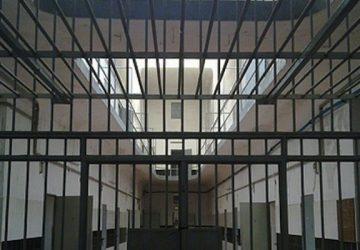 Tentano di far entrare in carcere microtelefoni e droga: denunciati due catanesi