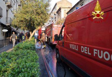 Catania, divampa un incendio in un ristorante di via San Giuliano: intervento dei Vigili del fuoco VIDEO