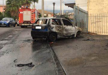 Giarre a fuoco Fiat Punto in fase di marcia. Intervento dei Vigili del fuoco