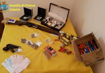 Acireale: armi e munizioni a casa nonché beni e valori ingustificati. Denunciati padre e figlio
