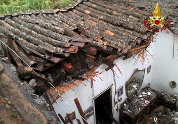Catania, crolla tetto di una casa in via Fossa Creta. Ferita una donna anziana