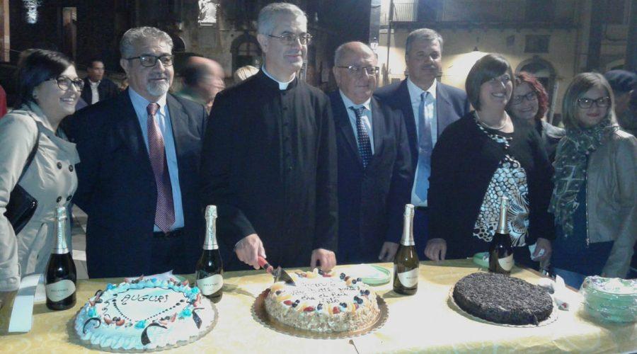 A S. Alfio il Consiglio comunale devolve il gettone di presenza a Luca Cardillo. Decisa anche la cittadinanza onoraria per l'ex parroco