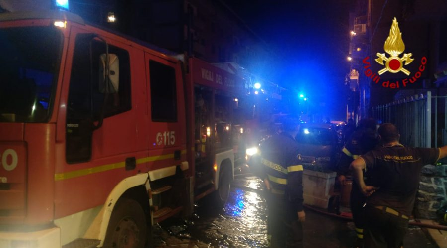 Torre Archirafi, incendio distrugge auto in sosta su via Polo
