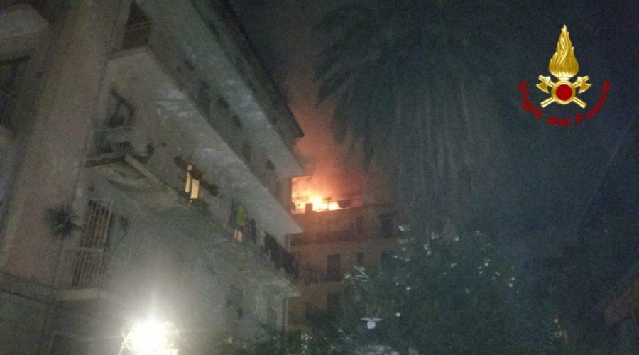 Catania, incendio si sviluppa in appartamento: in salvo una famiglia VIDEO