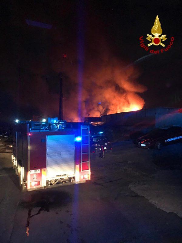 Incendio in un capannone a San Cristoforo a Catania VD