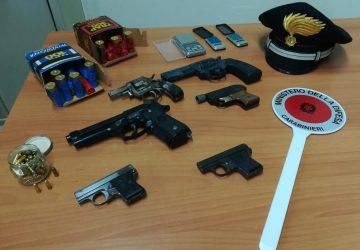 Librino, in casa con 2 chili di cocaina, armi e munizioni: arrestato