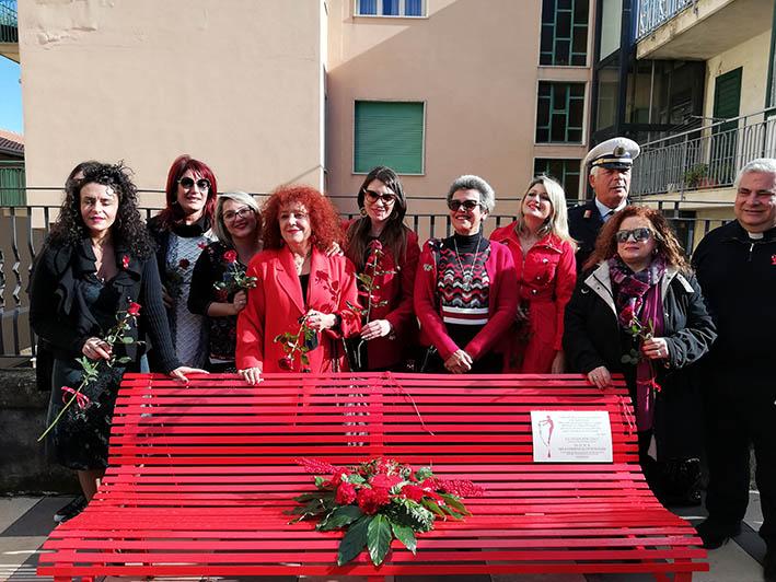 """Donne vittime di femminicidio: inaugurata a Nunziata di Mascali una """"panchina rossa"""""""