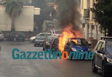 Giarre, a fuoco una Fiat Punto, in via Ricasoli (chiesa Gesù Lavoratore) VIDEO