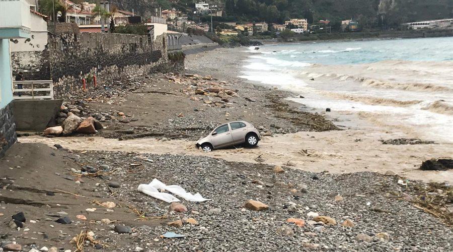 Maltempo: a Giardini Naxos esonda il torrente Sirina. Auto trascinata in spiaggia