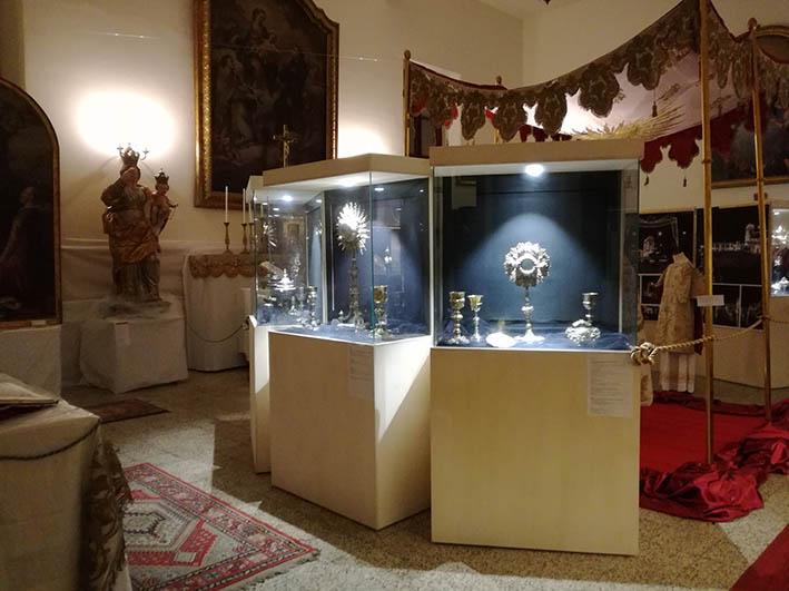 Giarre, inaugurata la mostra dei tesori del Duomo. Don Nino Russo annuncia il restauro della cupola