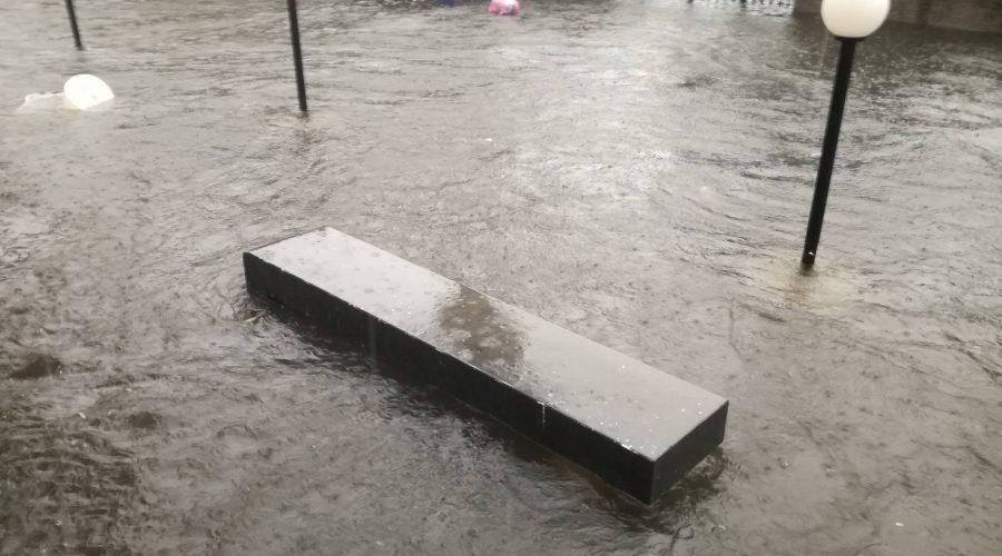 Giarre e Riposto, pioggia torrenziale: allagamenti lungo le principali strade e nei sottoponti. Botole saltate in via Trieste VIDEO