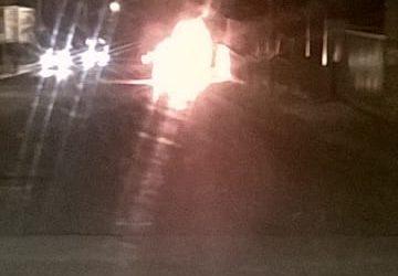 Giarre, a fuoco auto sul viale Federico di Svevia. Intervento dei vigili del fuoco