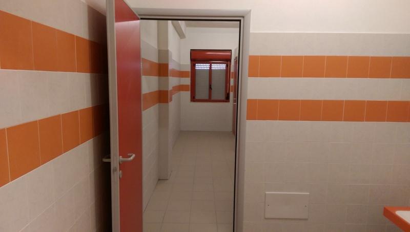 Nasconde una telecamera nei bagni di un liceo arrestato - Telecamera in bagno ...
