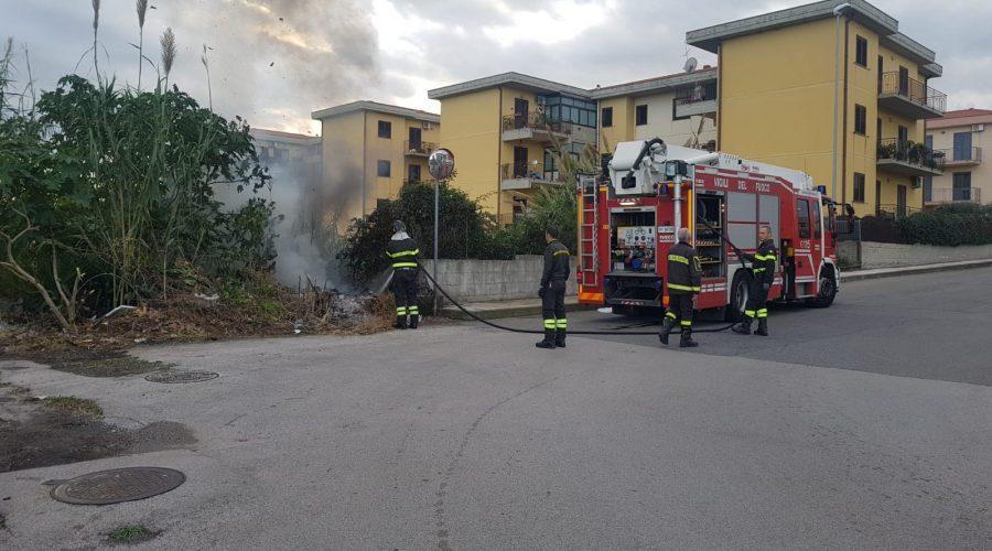 Riposto, a fuoco sterpaglie in via Caragliano. Intervento dei Vigili del fuoco