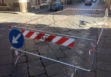 Giarre, pericoloso avvallamento in corso Italia: delimitata una parte di carreggiata