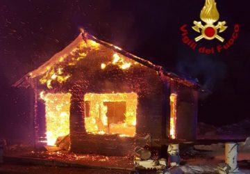 A fuoco bar di Piano Provenzana. Non si esclude matrice dolosa FOTO VIDEO