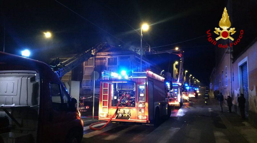 Catania, vasto incendio in uno stabile. Evacuati gli inquilini