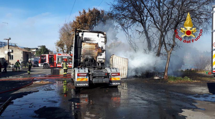 Acireale, a fuoco deposito di camion: intervento dei Vigili del fuoco VIDEO