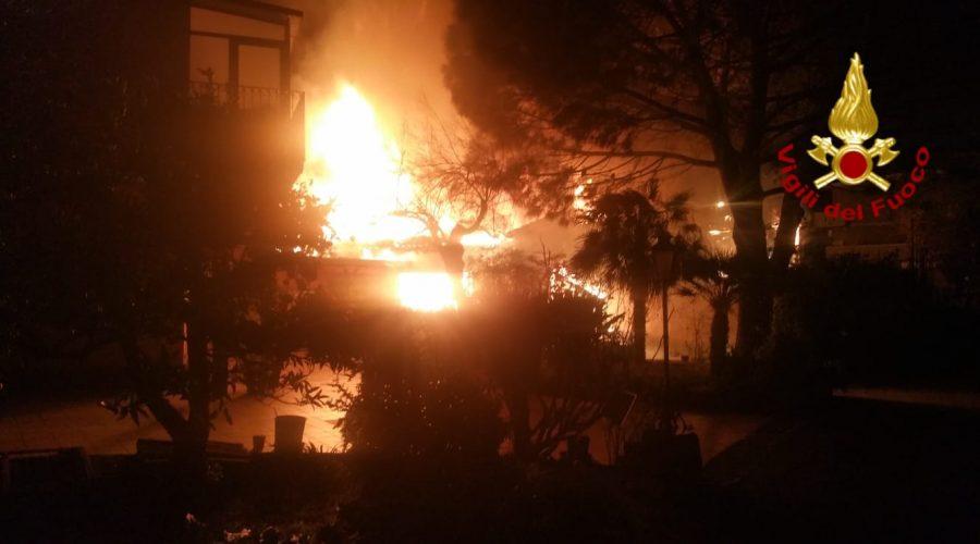 Gravina di Catania, divampa incendio in una villetta. Intervento dei Vigili del fuoco