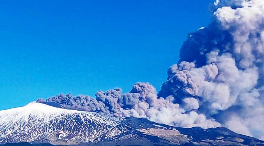 Etna, nuova emissione di cenere dal cratere di nord est