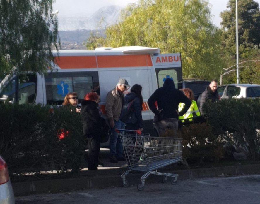 Riposto, anziana donna cade a terra nel parcheggio di Conforama: intervento del 118