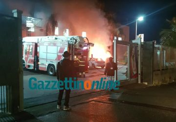 Riposto, incendio auto all'interno del parcheggio di un centro commerciale VIDEO