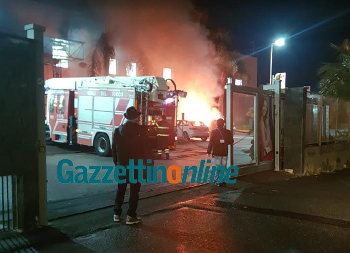 Riposto, incendio auto all'interno del parcheggio di un centro commerciale VIDEO