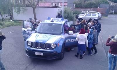 Terremoto, agenti del reparto prevenzione crimine incontrano gli alunni dell'elementare di Fleri
