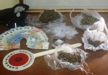Riposto, lancia sul tetto pacco con 300 grammi di marijuana: arrestato