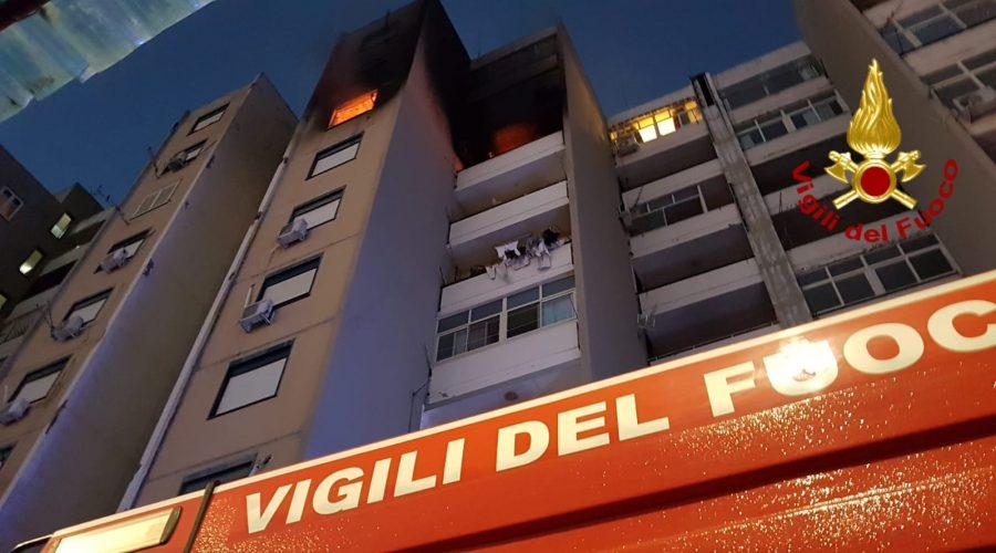 Catania, divampa incendio al settimo piano di una palazzina a Librino: persone soccorse sul balcone dai Vigili del fuoco VD