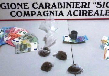 Acireale, arrestati due spacciatori in piazza San Biagio: uno è minorenne