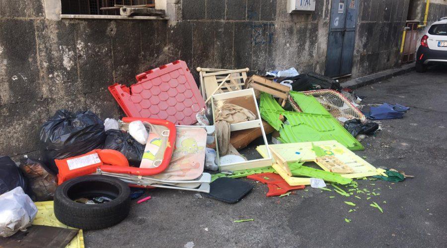 Giarre assediata dalle discariche di rifiuti ingombranti. Caso limite in via Giammona