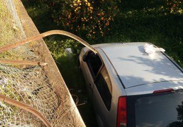 Mascali, 70enne perde controllo dell'auto e finisce dentro un terreno: illeso