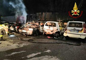 Nunziata, incendio di 4 auto nella notte in via Etnea. I Vigili del fuoco: Corto circuito