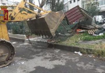 Catania, blitz contro abusivismo edilizio: demoliti anche box abusivi per cani. Denunciati in 8