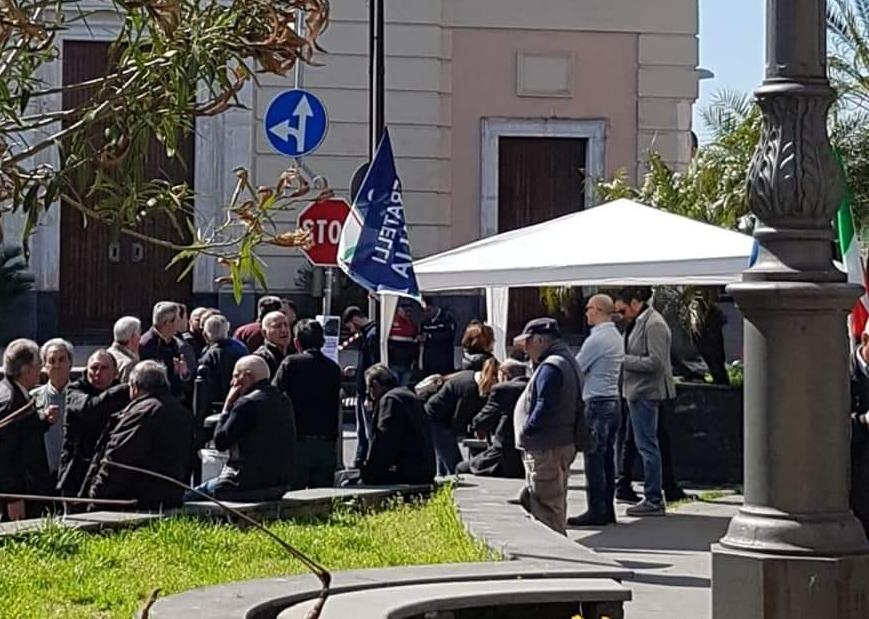 Carrubba, tutti contro il senso unico del sindaco D'Anna: lunghe file al gazebo di FdI