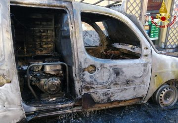 Acireale, a fuoco un furgone officina con bombole di ossido di etilene e acetilene