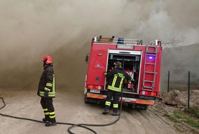 Fiumefreddo, a fuoco rifiuti nel sottoponte. Intervento dei vigili del fuoco