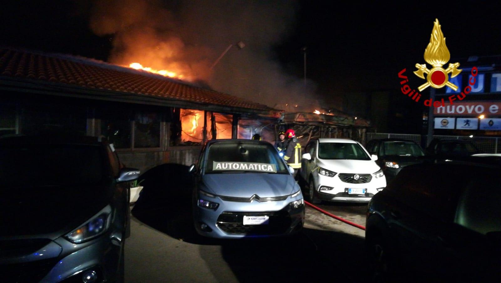 Acireale, in via Colombo notte di lavoro per i vigili del fuoco. In fiamme rivendita di auto