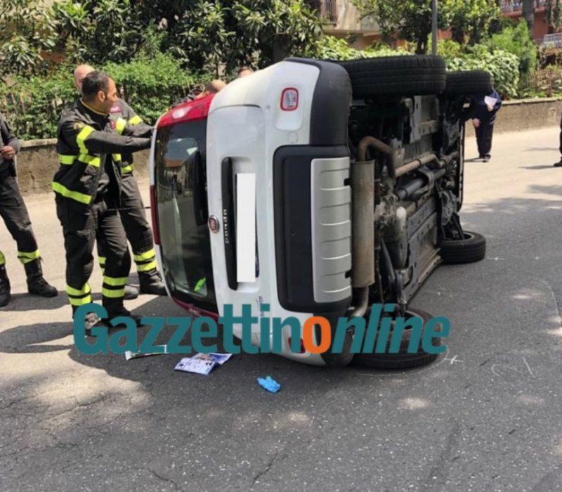 Giarre, incidente autonomo in via Pellico. Panda si ribalta. Intervento dei Vigili del fuoco