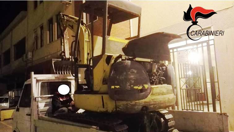Paternò, guida motoape con a bordo l'escavatore rubato: arrestato