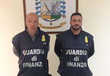 Catania, sbarca al porto con una pistola nascosta sotto la sella di una moto: arrestato 46enne adranita
