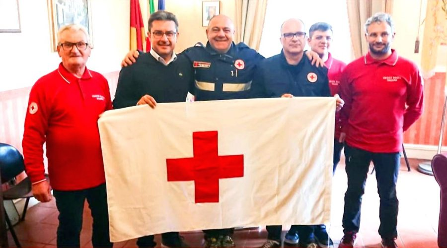 Francavilla di Sicilia: il sindaco Enzo Pulizzi riceve la bandiera della Croce Rossa